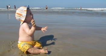 Na praia, não esqueça de hidratar muito o bebê e de muita sombra (Foto: Mães de Peito)