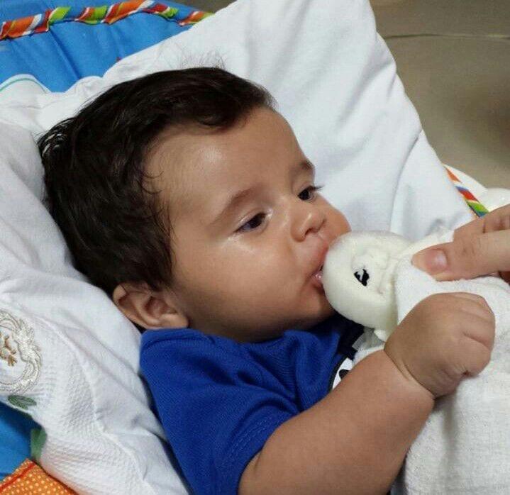 Bebê toma picolé de leite materno (Foto: arquivo pessoal)