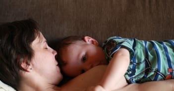 Amamentar bebê deitado é confortável para a mãe e permite descanso (Foto: Mães de Peito)