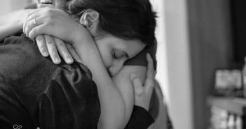 Doula dá apoio para parturiente durante trabalho de parto (Foto. Carolina Zia - Fotografia)
