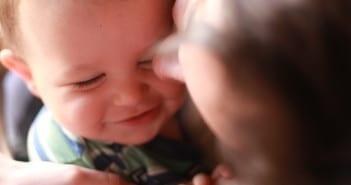 Mãe deve falar com o bebê sobre a volta ao trabalho (Foto: Mâes de Peito)