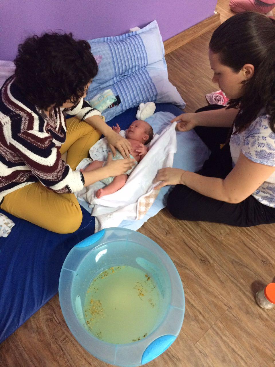 Doula ensina mãe a dar banho terapêutico (Foto: Diego Padgurschi)