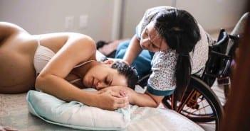 Melissa ao lado de parturiente durante contrações (Foto: Juliana Matos)