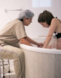 Parturiente dentro da banheira durante trabalho de parto (Foto: Carolina Zia Fotografia)