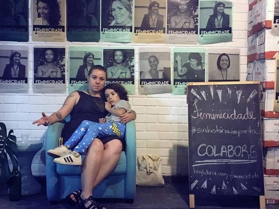 Carol e o filho Chico durante uma palestra (Foto: arquivo pessoal)