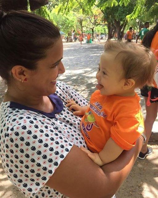 Juliana com o sobrinho em foto que foi alvo de críticas (Foto: arquivo pessoal)