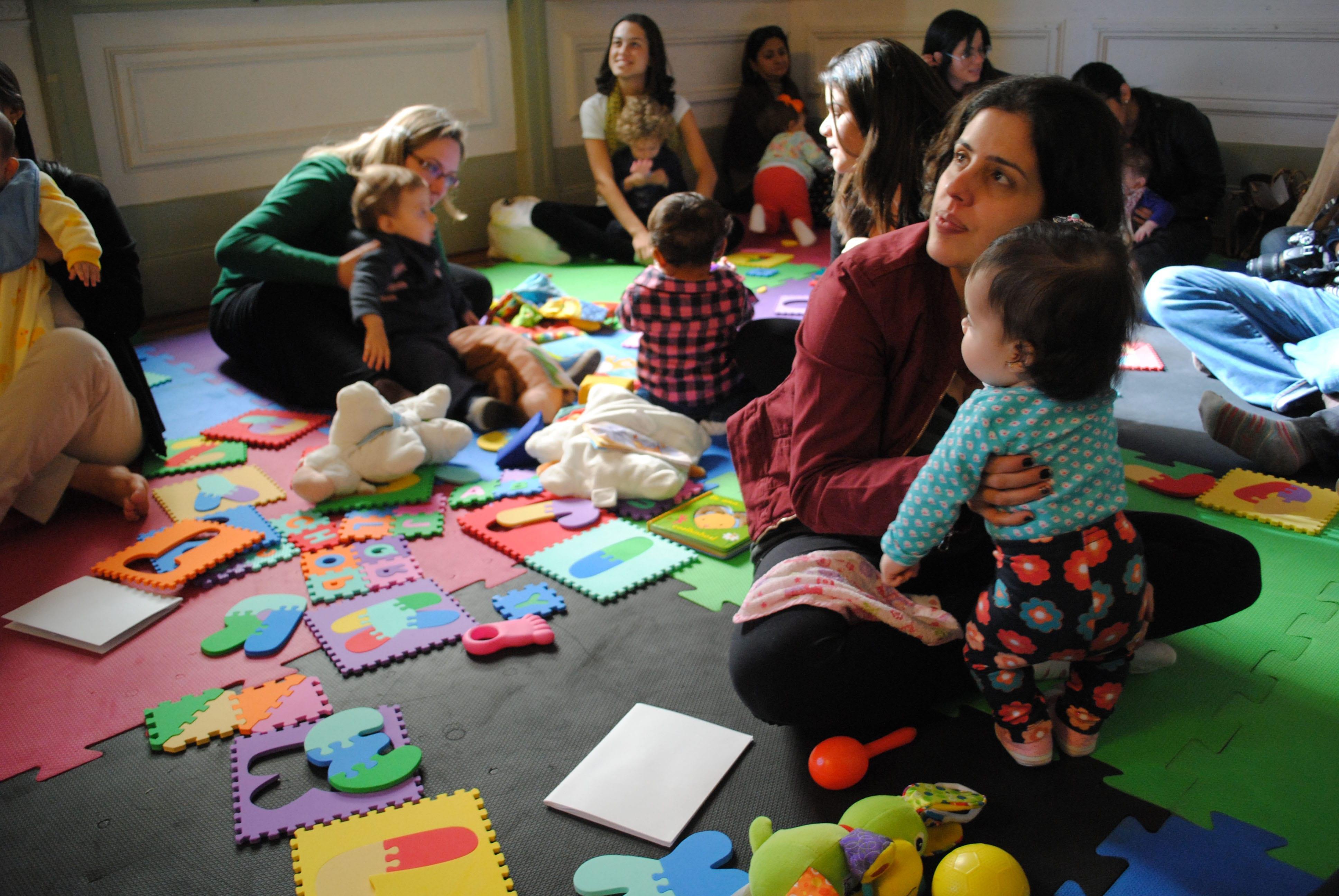 Bebês com suas mães no Literatura de Berço (Foto: Débora Nazari/Divulgação)