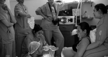 Mulher durante trabalho de parto acompanhada por equipe humanizada (Foto: Carolina Zia Fotografia)