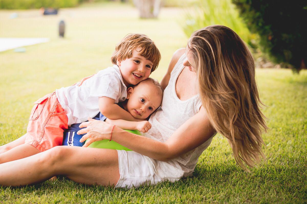 """Mariana com os dois filhos; """"após a maternidade não somos donas mais do nosso próprio tempo"""""""