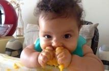 Bebê comendo manga na introdução alimentar (Foto: arquivo pessoal)