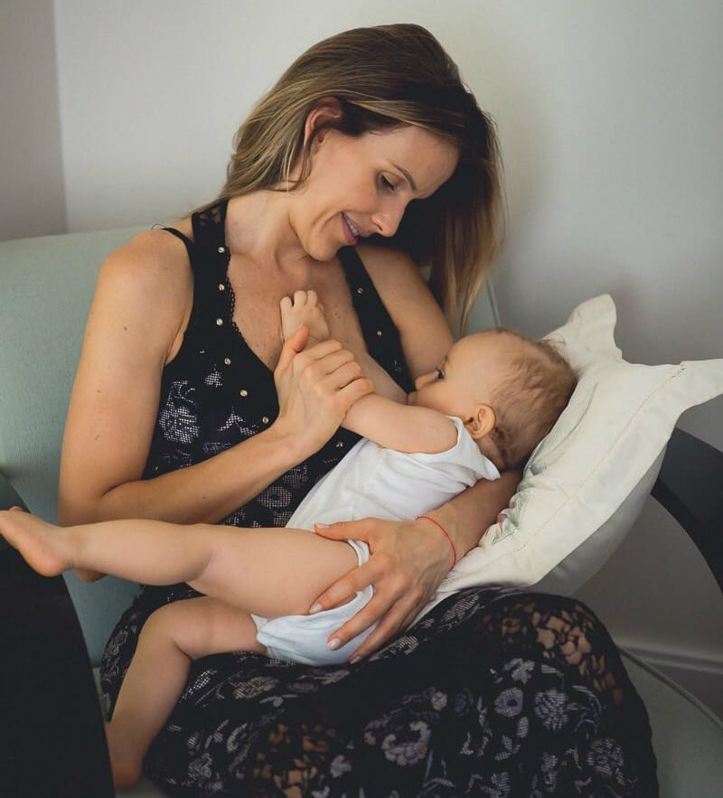 Mariana amamenta filho caçula que nasceu de parto normal após cesárea