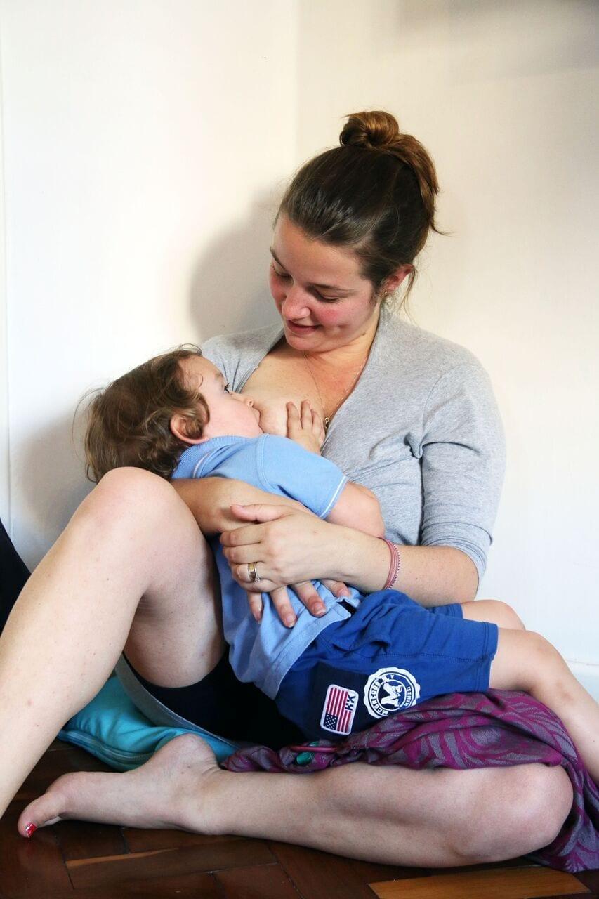 Amamentação prolongada; decisão que cabe apenas a mãe e a cria (Foto: Marcela Calif)