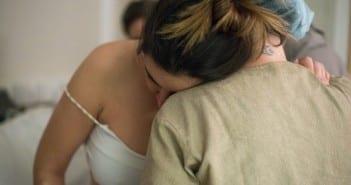 Parturiente se apóia em doula durante trabalho de parto (Foto: Katia Ribeiro)