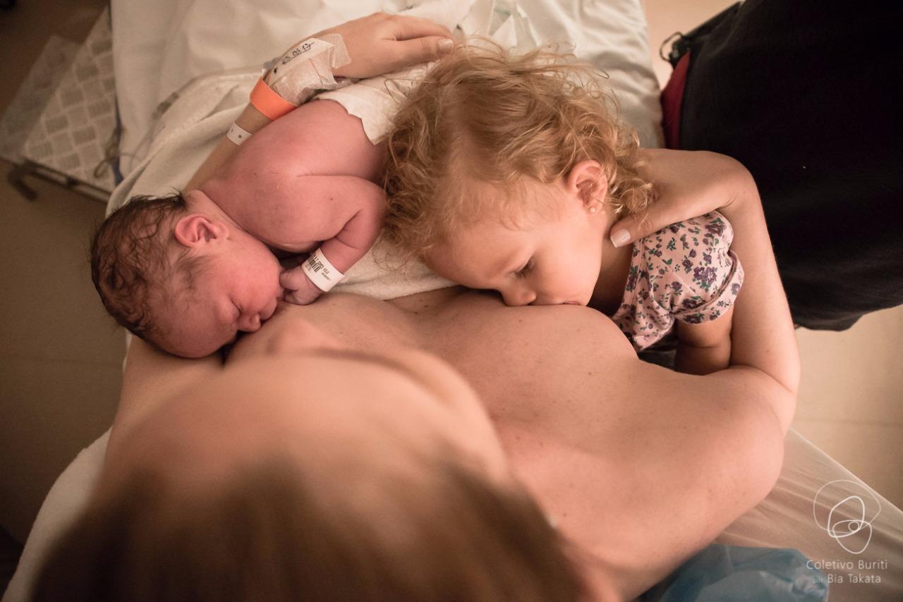 Mãe amenta filhos com idades diferentes logo após o parto (Foto: Coletivo Buriti por Bia Takata)