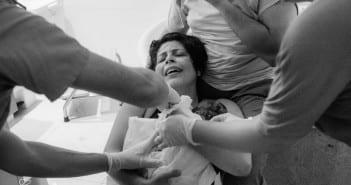 Mãe com bebê no colo logo após conseguir seu VBAC (Foto: Carolina Zia Fotografia)