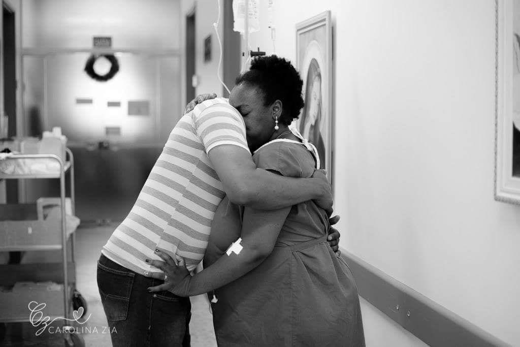 Parturiente é amparada por acompanhante durante trabalho de parto (Foto: Carolina Zia Fotografia)
