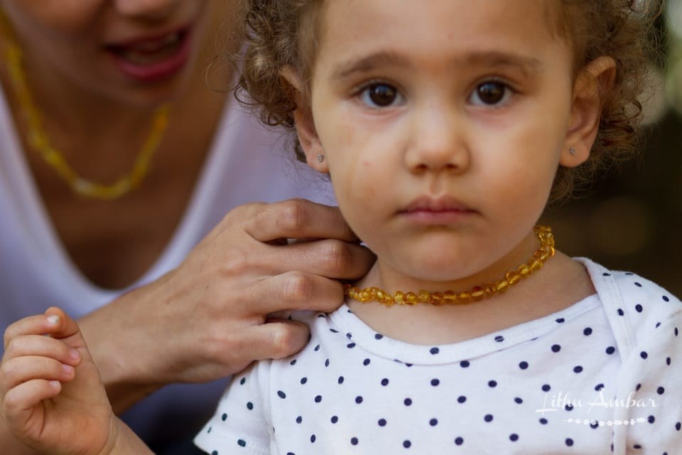 Mãe e filha usam colar de âmbar báltico (Foto: Divulgação)