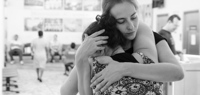 Doula Raquel Oliva dá abraça mãe na recepção da maternidade (Foto: Mariana Corsi)