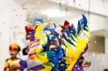 Crianças se divertem com confetes e serpentinas em bloco de Carnaval (Foto: Bia Fotografia)