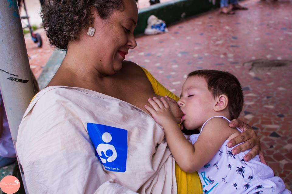 Mãe amamenta filho no lançamento da campanha (Foto: Pur Amour Fotografia)