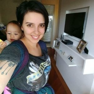 Aniely com a filha no sling (Foto: Arquivo pessoal)